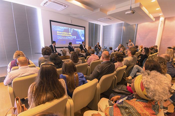Pessoas assistindo uma palestra do Biotech Invest Day no auditório do BiotechTown