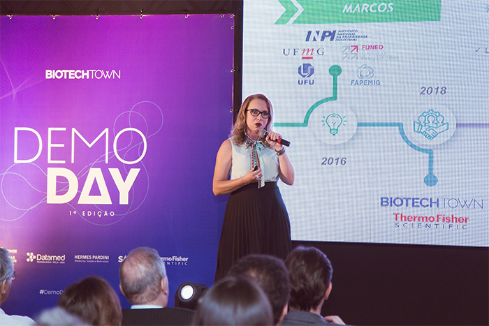 Letícia Braga, CEO da Oncotag, apresentando o OvarianTag®g no palco do Demo Day do BiotechTown